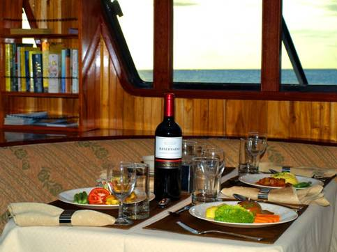 Voyager yacht first class, Galapagos